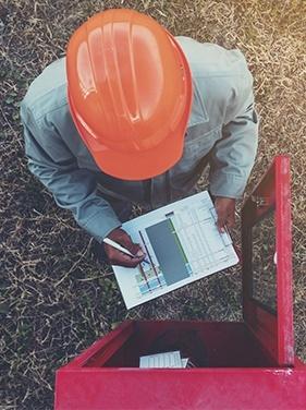Hombre realizando el mantenimiento de extintores. Extinfenix Productos y servicios contra incendios