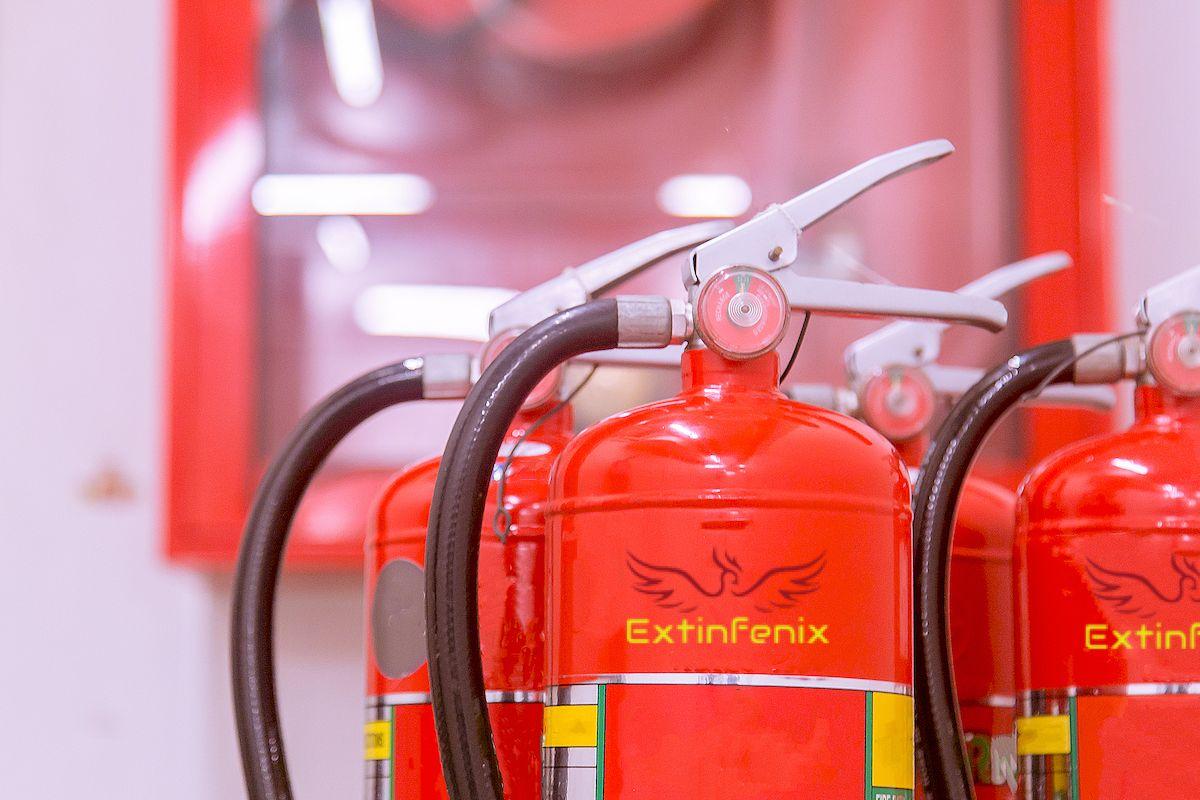 Conjunto de extintores en primer plano en un edificio de Málaga